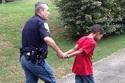 """Mẹ gọi cảnh sát """"còng tay"""" con trai 10 tuổi"""