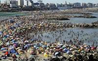 """Hình ảnh những bãi biển """"đông người"""" khét tiếng thế giới"""