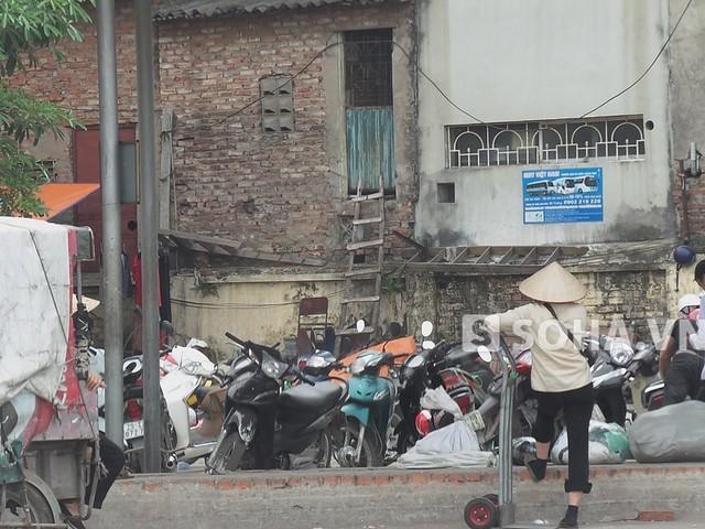Kỳ lạ Hà Nội: Dãy quán muốn vào phải trèo thang