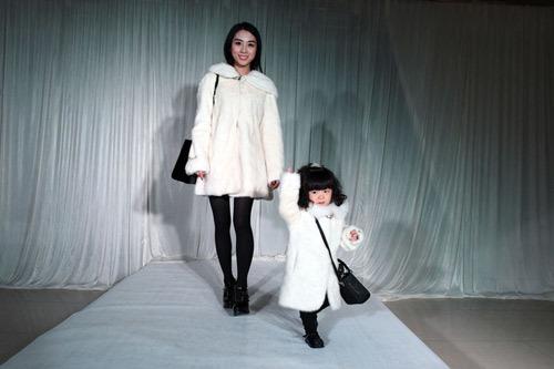hàng hiệu, bé, 2 tuổi, choáng, thời trang