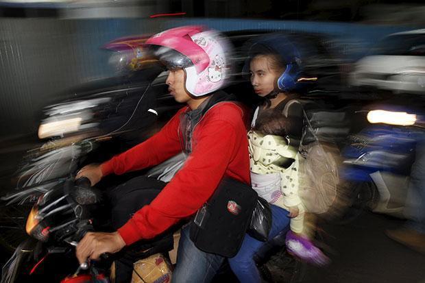 Indonesia: Nam nữ chưa kết hôn không được đi chung xe máy - 1