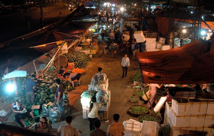 Nỗi lòng người vợ nửa đêm xách làn đi chợ