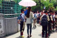 Học trò che nắng cho cô giáo gây phẫn nộ