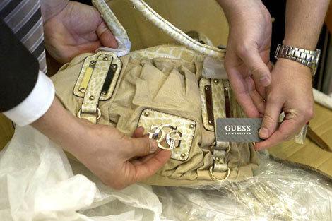 Gucci, Louis Vuitton: Hàng giả cần có ngay