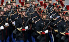 Lính canh Pháp ghẻ lở vì áo chống đạn quá bí