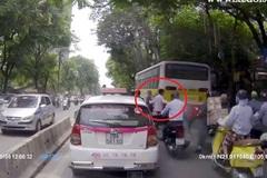Tài xế dừng xe giữa chừng dắt cụ già qua đường