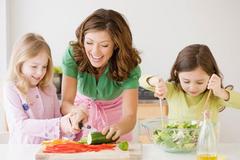 Bí quyết dạy con làm việc nhà từ bé