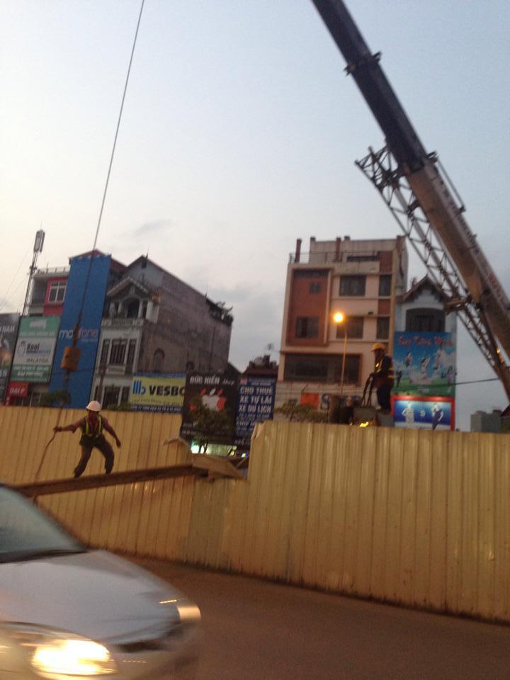 Hà Nội: Cọc thép to 'trên trời' rơi xuống đường
