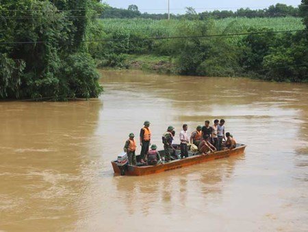Trắng đêm tìm 2 nữ sinh mất tích trên sông Lam
