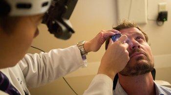 Ebola biến màu mắt của bệnh nhân từ xanh dương thành xanh lá