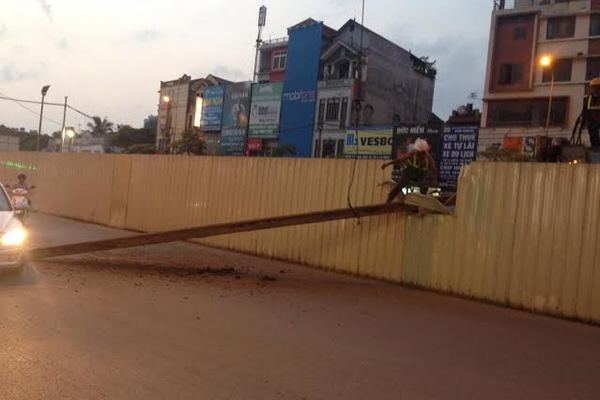 Rơi cọc thép giữa phố Hà Nội do thi công... chủ nhật
