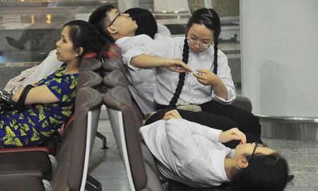 Thấp thỏm 12 tiếng đón đoàn Olympic Vật lý châu Á