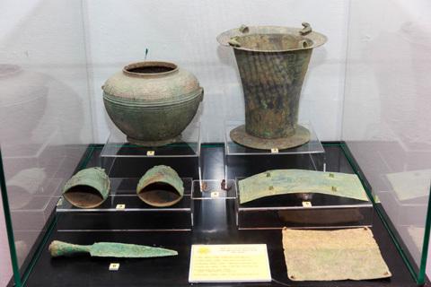 Cổ vật trăm năm ra Hà Nội
