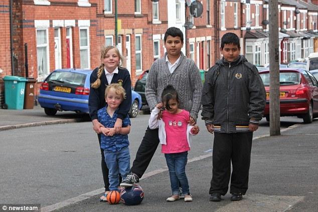 Con đá bóng ngoài đường, cha mẹ có thể bị truy tố