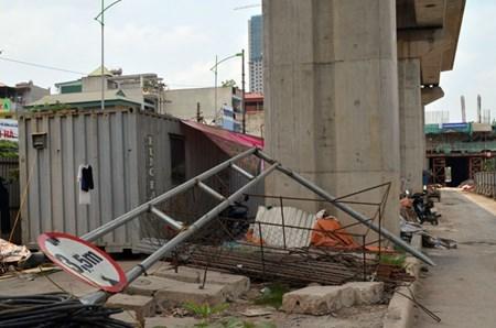 Ô tô húc bay rào hạn chế chiều cao đường sắt trên cao