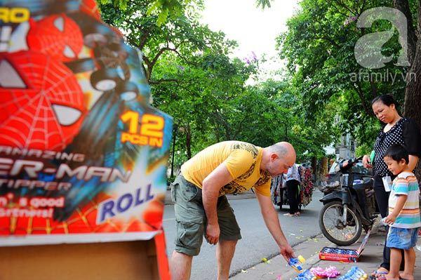 'Ông Tây' dễ thương bán đồ chơi dạo Hà Nội gây ngạc nhiên, thích thú