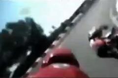 Bi hài Biker ngã xe vẫn cố chạy đuổi theo xe