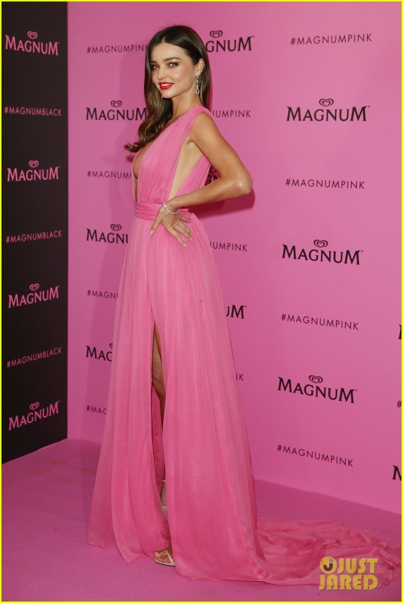 Siêu mẫu 32 tuổi khoe bầu ngực hoàn hảo tại Cannes