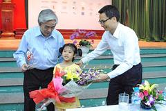 Bé lớp 2 bất ngờ được Phó Thủ tướng mời lên sân khấu