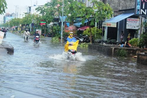 Người dân Sài Gòn rùng mình lội nước thối sau mưa - 3