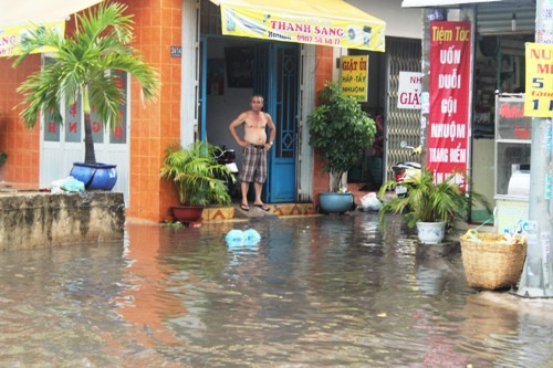 Người dân Sài Gòn rùng mình lội nước thối sau mưa - 5