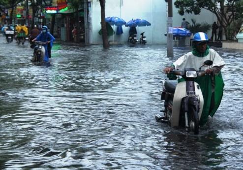 Người dân Sài Gòn rùng mình lội nước thối sau mưa - 6