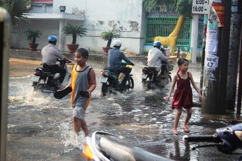 Người dân Sài Gòn rùng mình lội nước thối sau mưa - 7