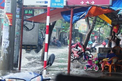 Người dân Sài Gòn rùng mình lội nước thối sau mưa - 8