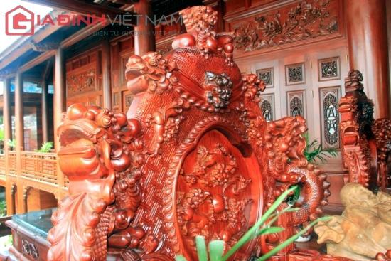 Bàn ghế gỗ lim nguyên khối hiếm có của đại gia Điện Biên
