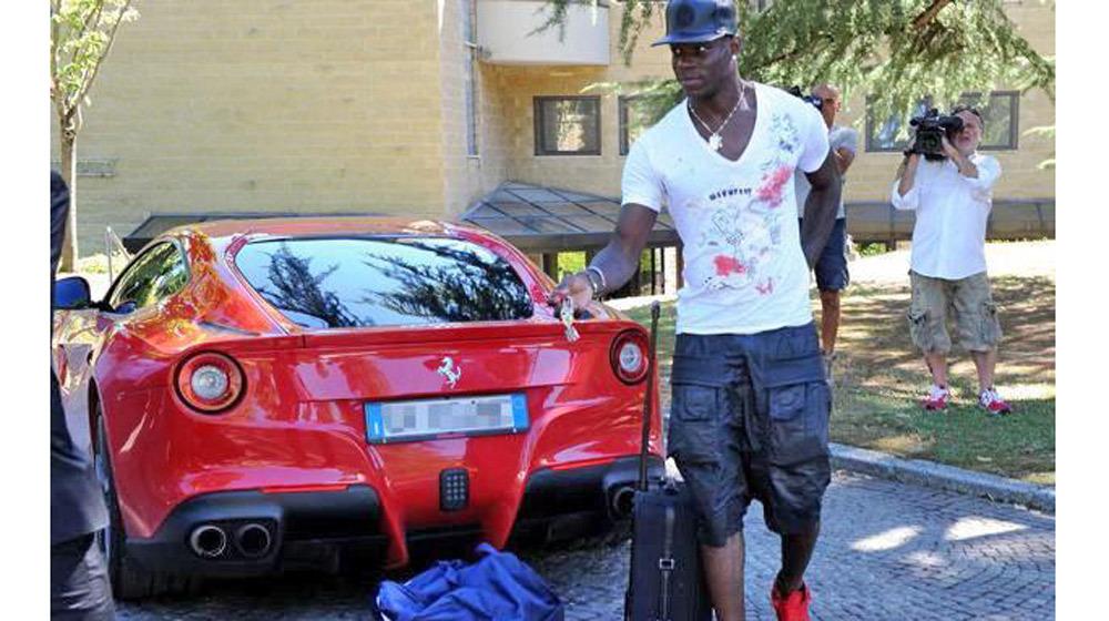 Siêu sao Mario Balotelli bị cấm lái xe vì chạy quá tốc độ