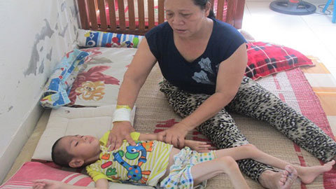 Mẹ thân tàn nhịn ăn nuôi con bại liệt