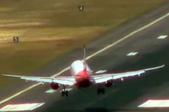 Rợn người cảnh hạ cánh ở sân bay nguy hiểm nhất thế giới