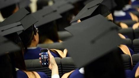 Bị đình chỉ vì 'tự sướng' trong lễ tốt nghiệp