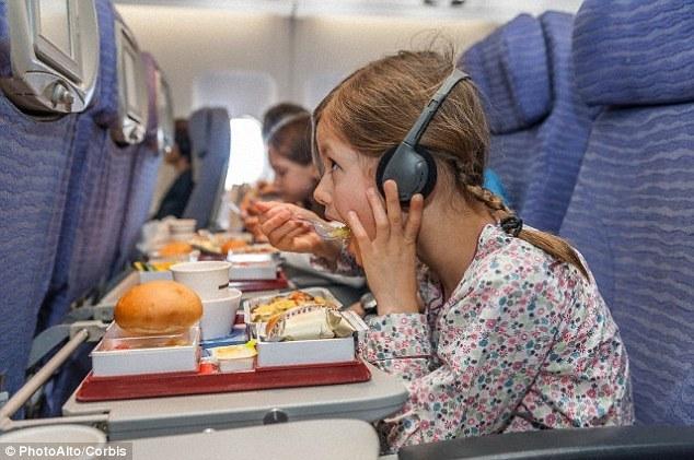 Tại sao thức ăn trên máy bay có vị không ngon?
