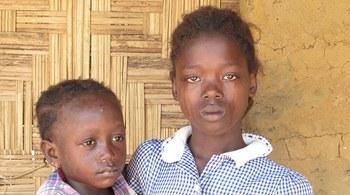 Thảm cảnh của những em bé mồ côi vì dịch Ebola