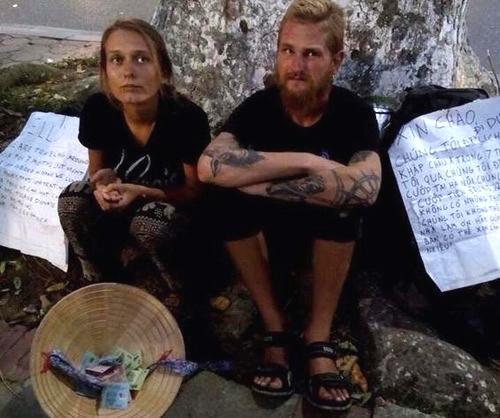 """Hai khách Tây """"bị cướp"""" tái xuất xin tiền ở Hồ Gươm"""