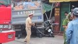 Ô tô đâm sập nhà dân ở Sài Gòn, 5 người bị vùi lấp