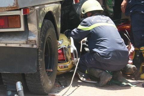 Ô tô đâm sập nhà dân ở Sài Gòn, 5 người bị vùi lấp - 6