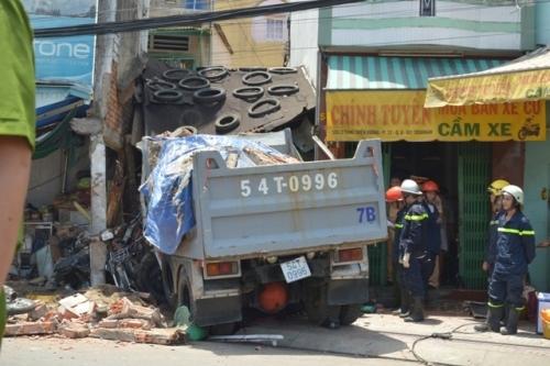 Ô tô đâm sập nhà dân ở Sài Gòn, 5 người bị vùi lấp - 2
