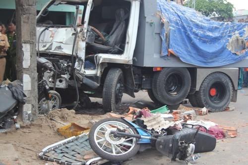 Ô tô đâm sập nhà dân ở Sài Gòn, 5 người bị vùi lấp - 3