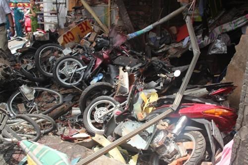 Ô tô đâm sập nhà dân ở Sài Gòn, 5 người bị vùi lấp - 4