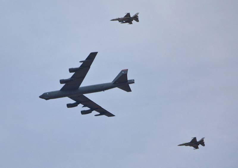Xem 'pháo đài bay' B-52 rải bom như mưa khi tập trận