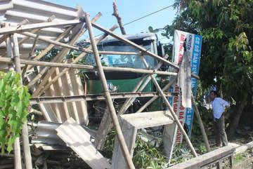 Xe đầu kéo đâm sập cửa hàng tạp hóa, 3 người bị thương