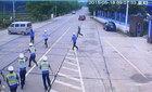 Kéo lê cảnh sát hàng chục mét, vì bị phạt tiền