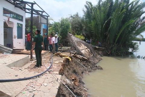 Nhà 'trôi sông' ở Sài Gòn, hàng chục người tháo chạy