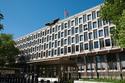 """Nhân viên sứ quán Mỹ bị """"tố"""" bám lén hàng trăm phụ nữ"""