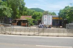 Dân đua nhau tháo lưới chống lóa để tiện…trèo qua đường