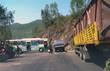 Xe buýt vắt ngang bờ vực, nhiều người thoát chết trong gang tấc