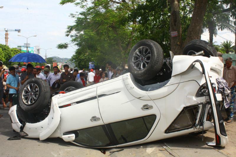 lật ngửa, tai nạn, Nghệ An, xe 4 chỗ, cột điện, ùn tắc, bị thương