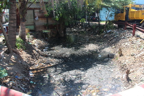 """70 hộ dân sống với ô nhiễm của dòng kênh """"bất động"""""""
